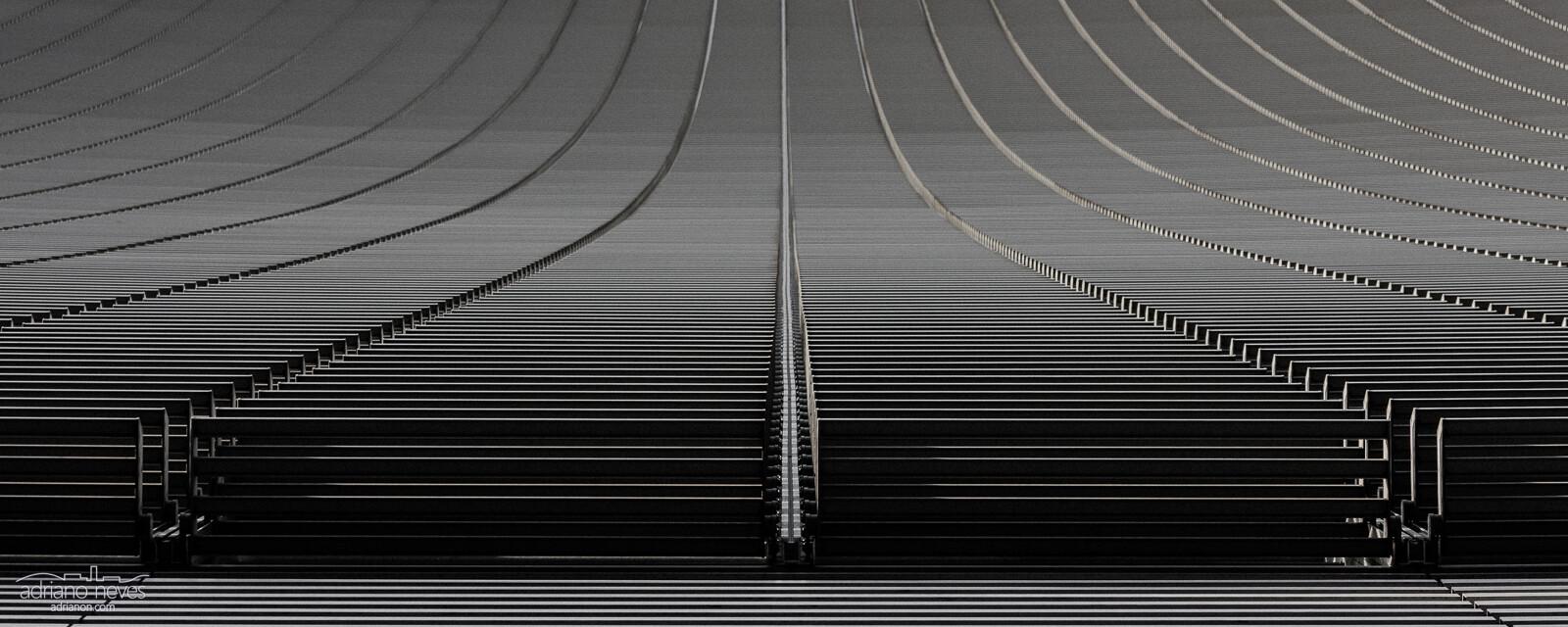 Pormenor arquitéctónico de fachada de edifício, a preto e branco - © Adriano Neves